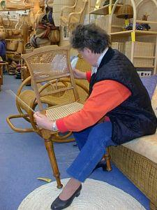Stuhlflechterin bei der Arbeit